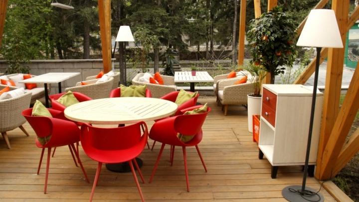 Место под солнцем: обзор новых летних веранд, на которых можно сидеть уже сейчас (но в пледе)