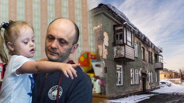 Крыс выбрасывают в окно: семья с двумя дочками ютится в доме, который съедают плесень и трещины