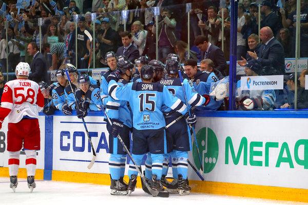 Хоккеисты «Сибири» вместе с болельщиками празднуют победу над «Спартаком»