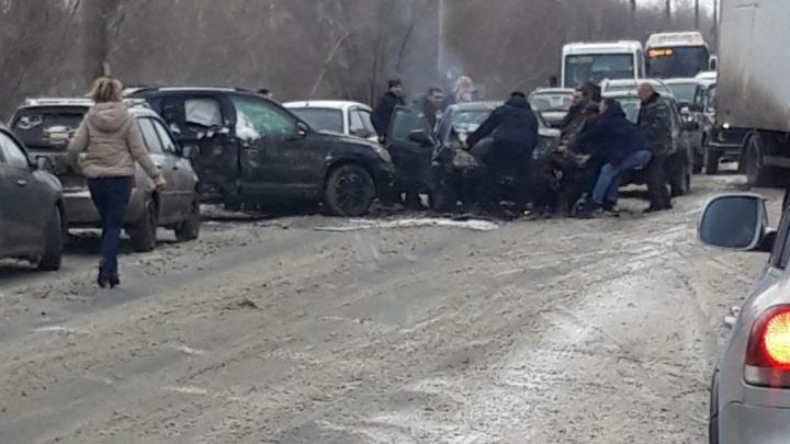 Беременную зажало в салоне: на Южном шоссе лоб в лоб столкнулись три машины
