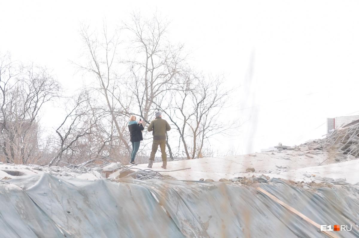 Это всё, что останется после неё: екатеринбуржцы устроили фотосессию на руинах телебашни