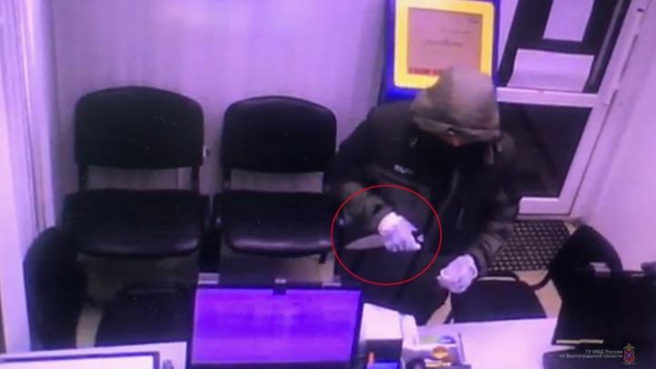 Забрал деньги и вышел: в Волгограде ищут разбойника, напавшего на павильон экспресс-кредитов