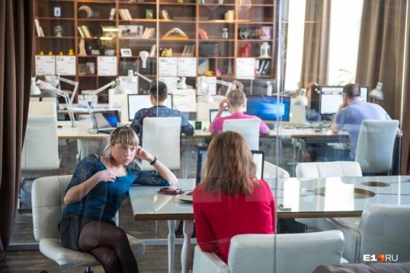 Большинство работающих челябинцев в перерывах болтает с коллегами, но находятся занятия и поинтереснее