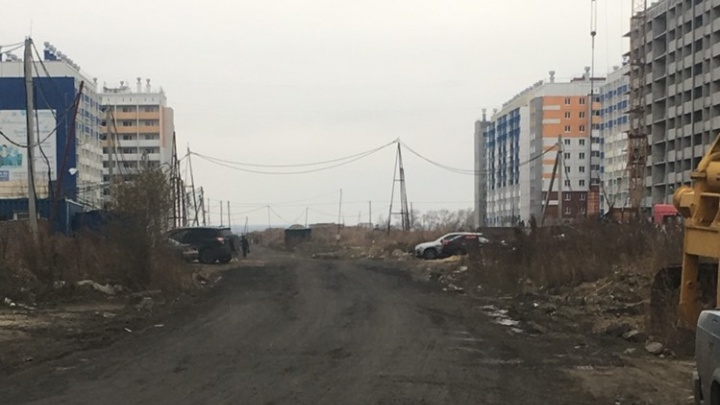 Как дождь — так непроходимая грязь: власти пообещали сделать дорогу в новом микрорайоне Челябинска