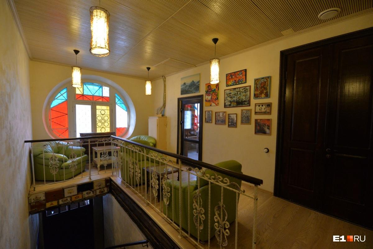 На втором этаже находятся два зала, где можно покурить, и хьюмидор