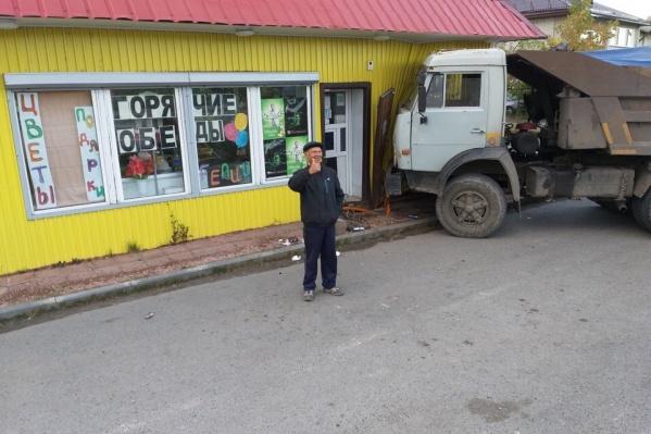 Местные жители с удовольствием позируют фотографам на фоне последствий аварии