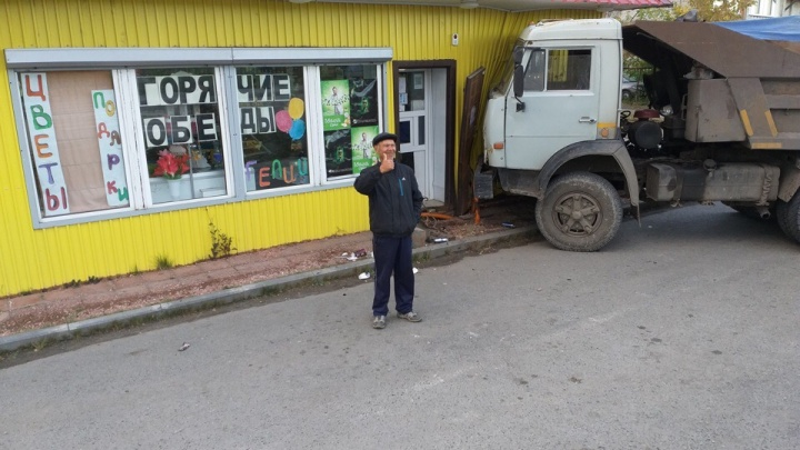 В Утешево КАМАЗ протаранил магазин продовольственных товаров