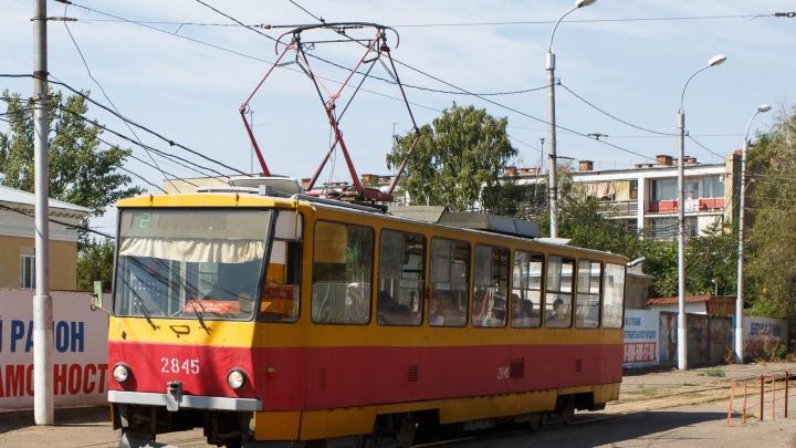 Решил проскочить: в Волгограде трамвай протаранил автомобиль такси
