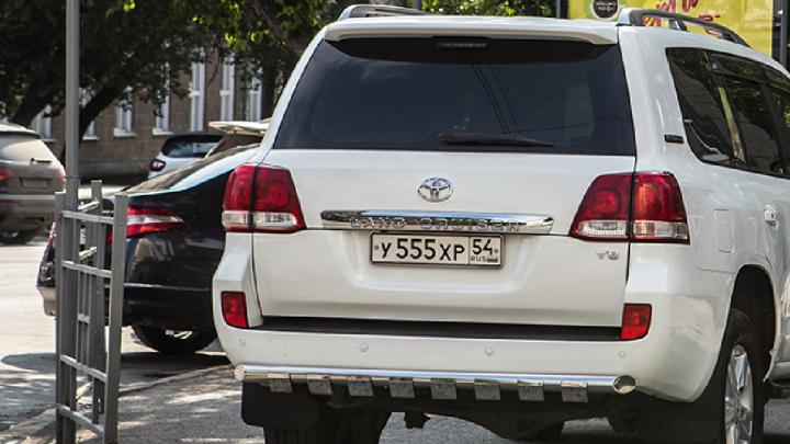 «Я паркуюсь как чудак»:Land Cruiser 555, унижающий пешеходов, и месть при помощи «свиньи»