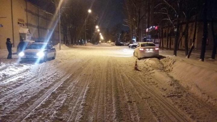 Ночью на Минской машина сбила мужчину, который шел по дороге