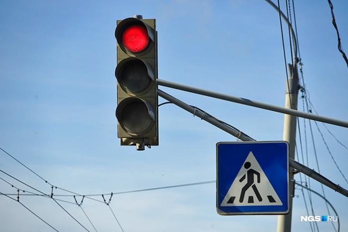 Специалисты ставят три новых светофора на важных перекрестках Кемерово