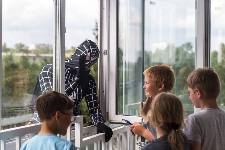 Новосибирский супермен в окне детской больницы