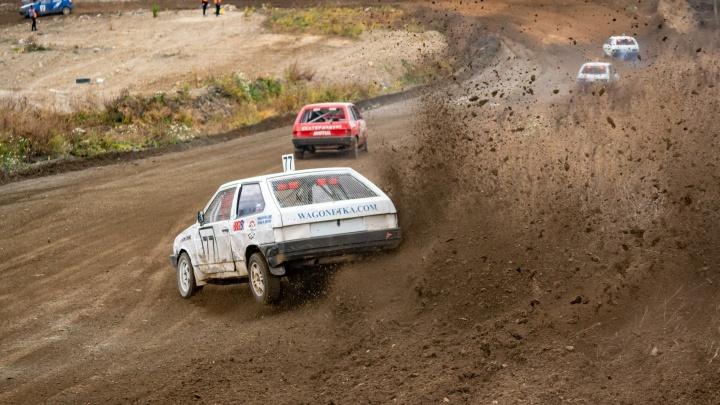 Свердловчане отметили День автомобилиста зрелищными гонками по грунтовой трассе