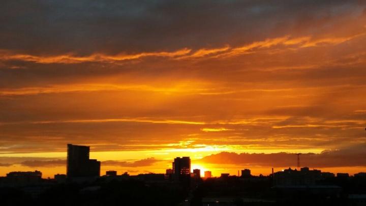 Новосибирцев восхитили повисшие над городом огненные облака