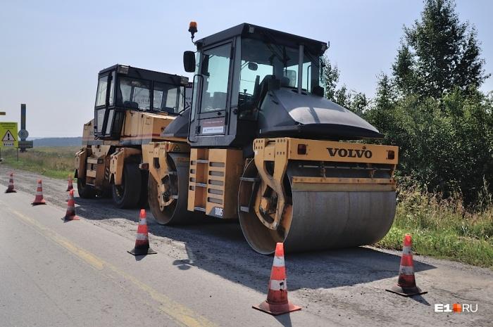 На трассе меняют изношенный слой дороги