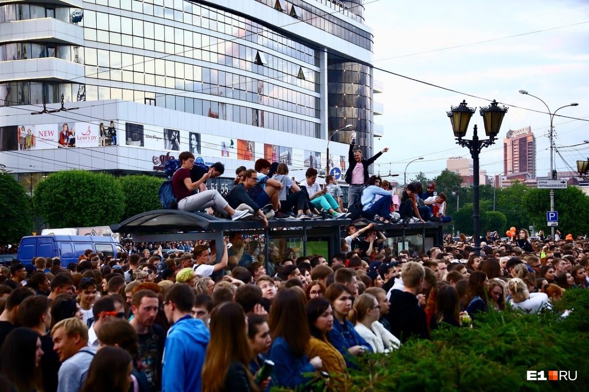 «Ночь музыки» в Екатеринбурге: зрители забрались на остановку, чтобы посмотреть на Noize МС