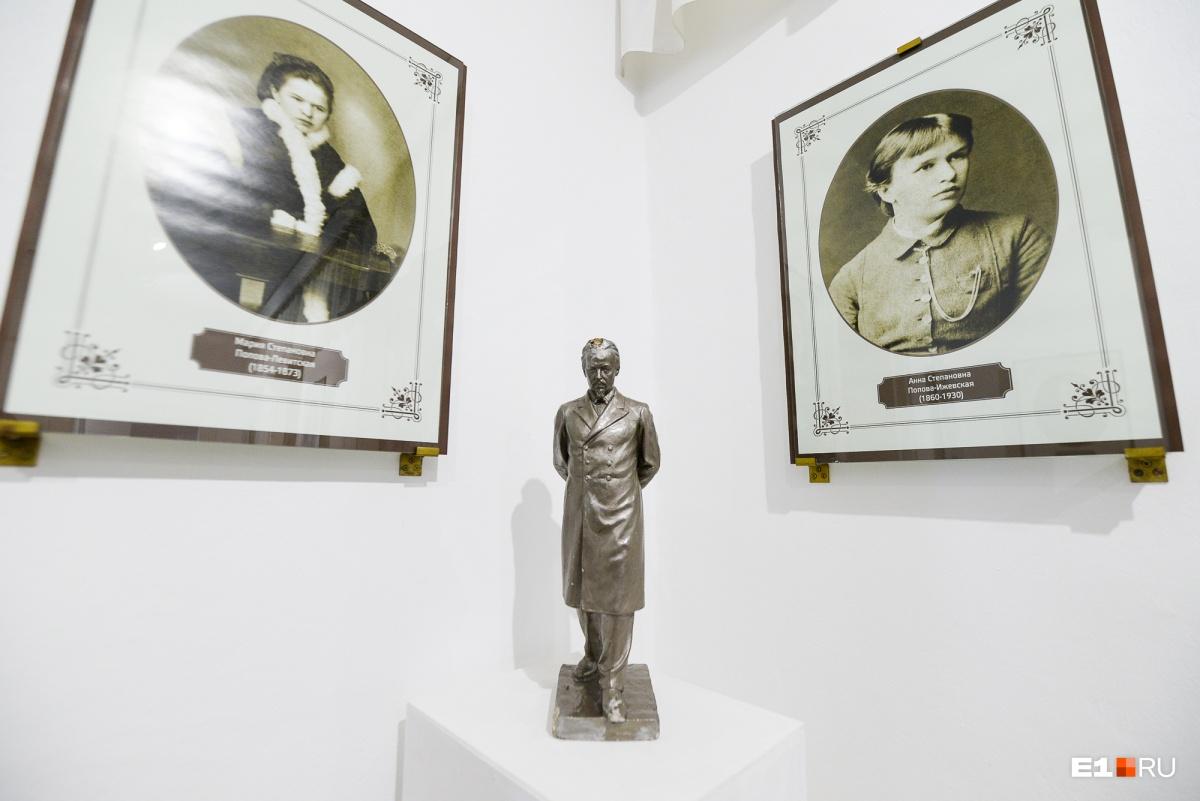Статуэтка Попова и фотографии его сестер Анны и Марии