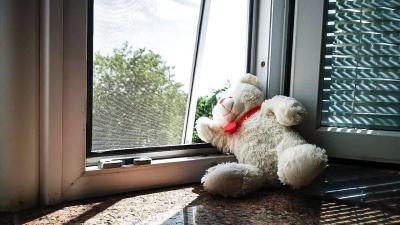 Как ростовчанам защитить детей от падения из окон