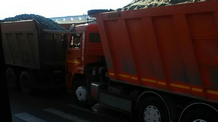 «Правила не для всех?»: самарцы пожаловались на КАМАЗы, которые паркуются на пешеходных переходах
