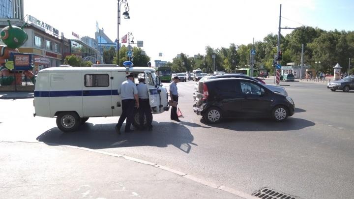 Из-за скорой, мчавшейся к пациенту, в центре Тюмени столкнулись полицейский УАЗ и иномарка