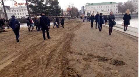 Обходите грязь: на Плотинке перед 9 Мая сняли плитку, оставив слой песка