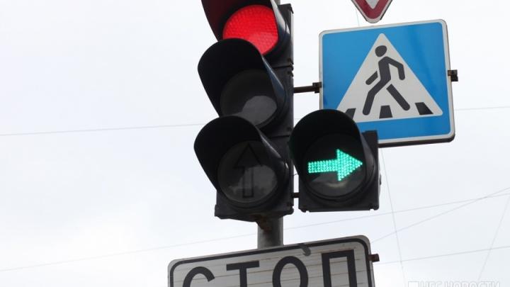 Автомобили встали в двухкилометровую пробку из-за погасших светофоров возле «Ауры»