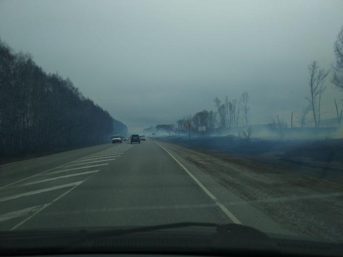 Автомобилисты ничего не видят, когда проезжают место пожара