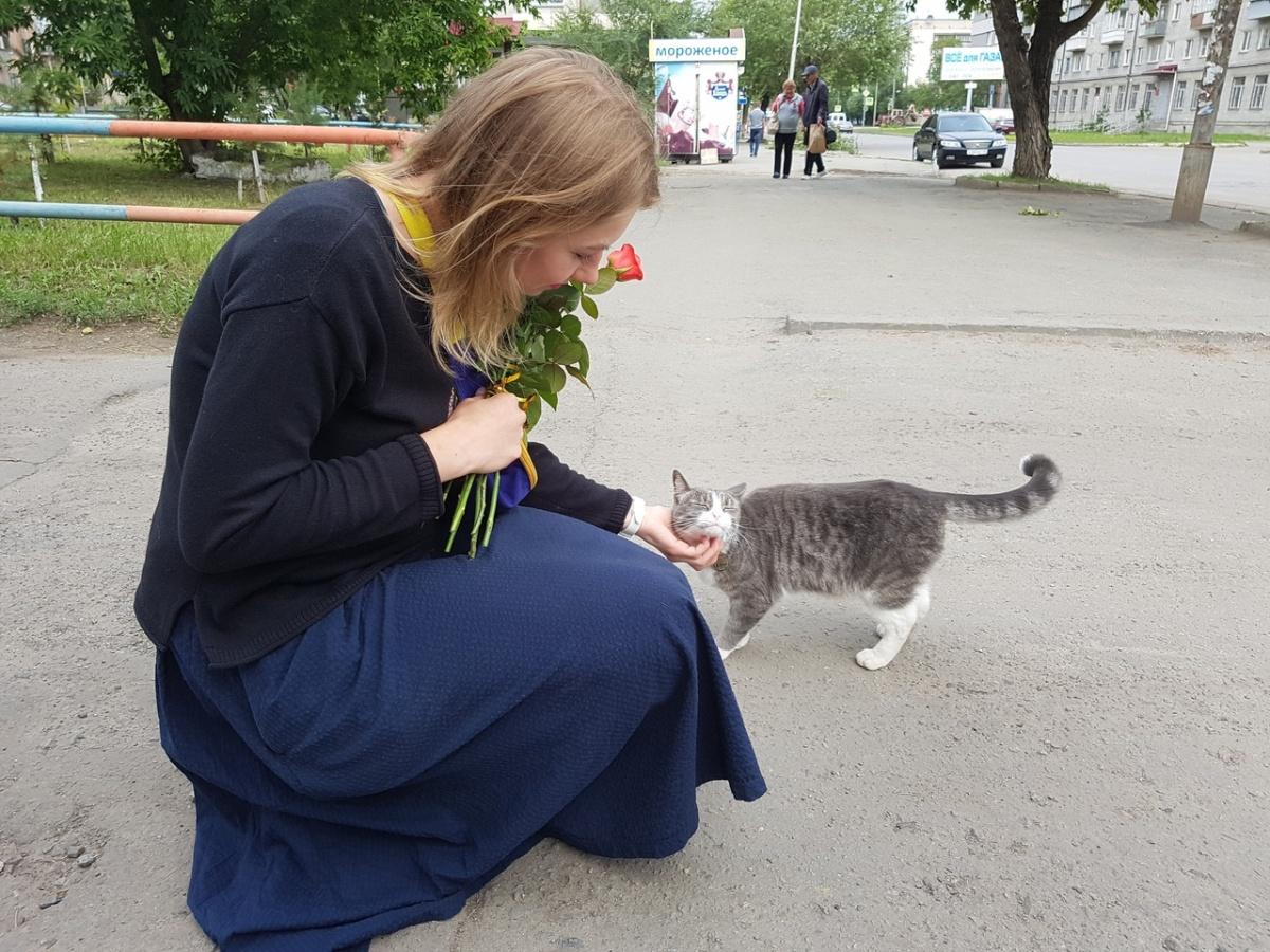 Посетители магазина любят гладить ласкового кота. Ольга как чувствует и выходит посмотреть, не обижают ли Светика