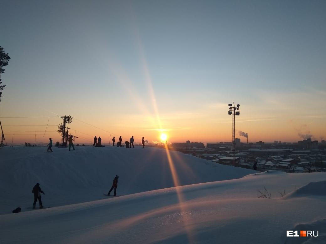 Лыжники начали съезжать, дождавшись заката