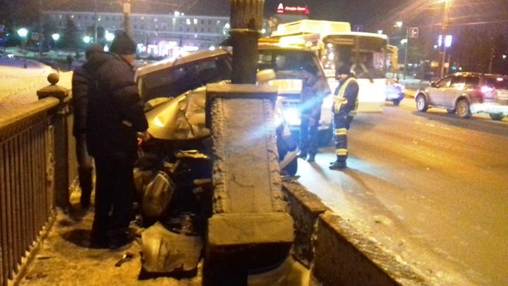 На Комсомольском мосту «Ниссан» вылетел на тротуар. Водитель рассказал, что произошло