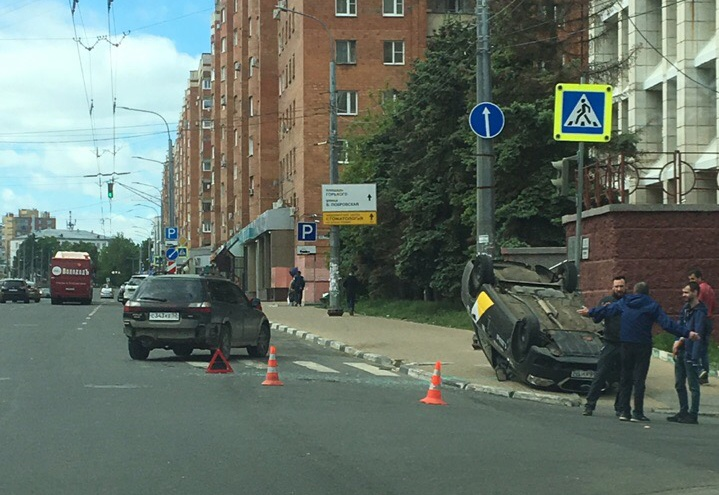 В ДТП с «Яндекс.Такси» на Максима Горького пострадали два человека