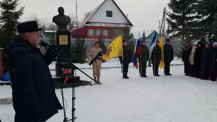 Константин Толкачев открыл бюсты героям Советского Союза и обелиск воинской славы