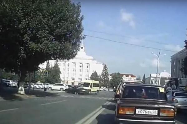 Видно, что маршрутка едет по главной, а ВАЗ пытается пролететь