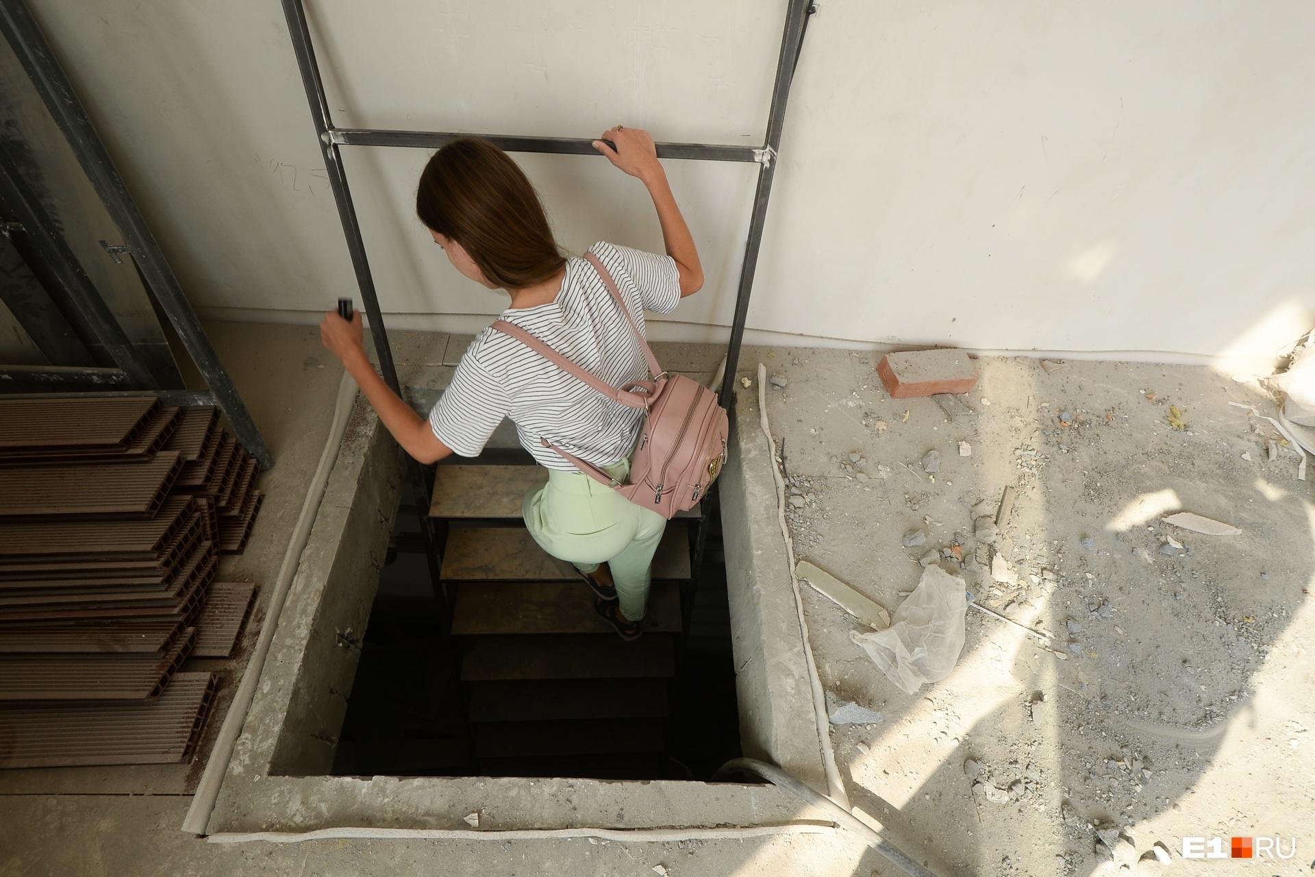 И по такой вот лестнице идем на первый этаж. Ее заменят, пока это просто рабочая лестница