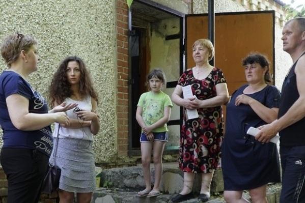 Жильцы небольшого дома в Падерина, который раньше был магазином, во время летней встречи с журналистом 72.ru. Тогда они рассказали, что после переезда каждая семья сделала уют в своих мини-квартирках и в будущем планировала узаконить жилплощадь. Но минувшим летом сразу четыре семьи попросили освободить помещение