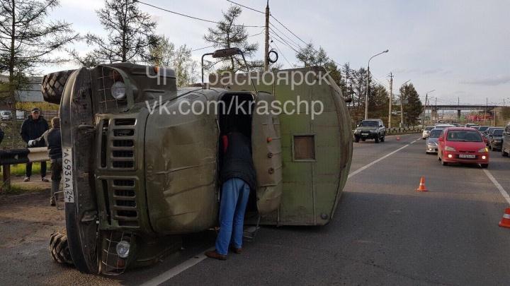 На Котельникова ЗиЛ перевернулся на бок после наезда на бордюр
