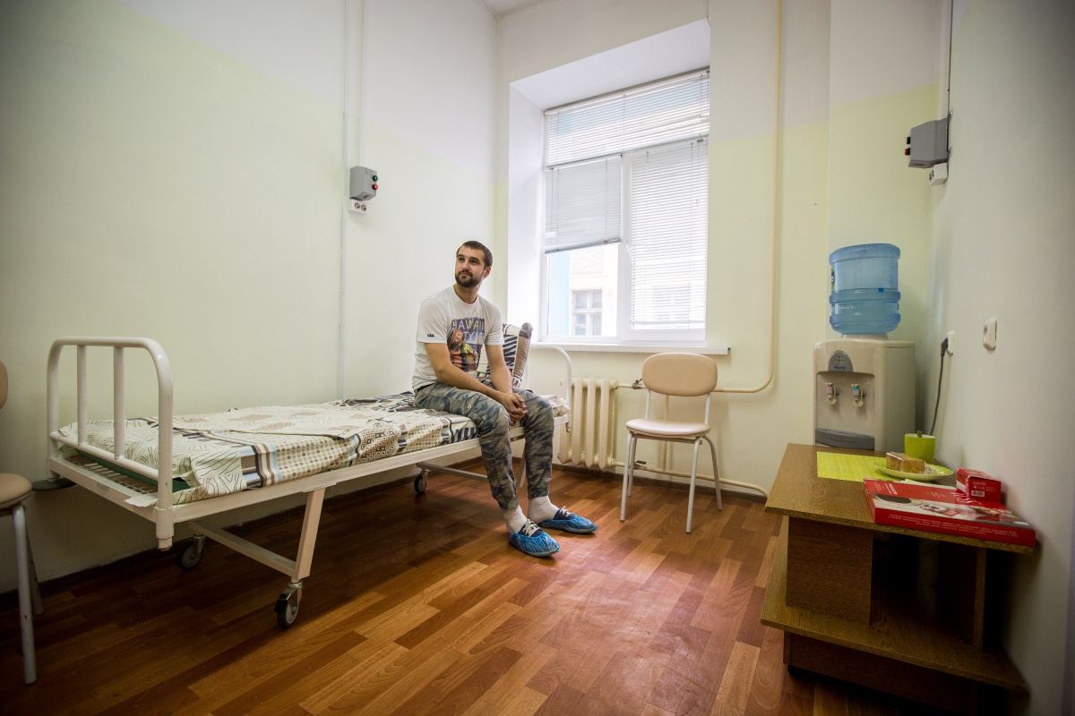Пациенты получают медицинскую помощь бесплатно по ОМС. На фото — пациент из Новосибирска, ждущий операции по удалению липом (образований из жировой ткани)