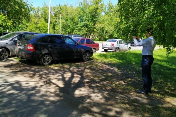 Машины на стихийной парковке у КМЗ зафиксированы, личности владельцев установят