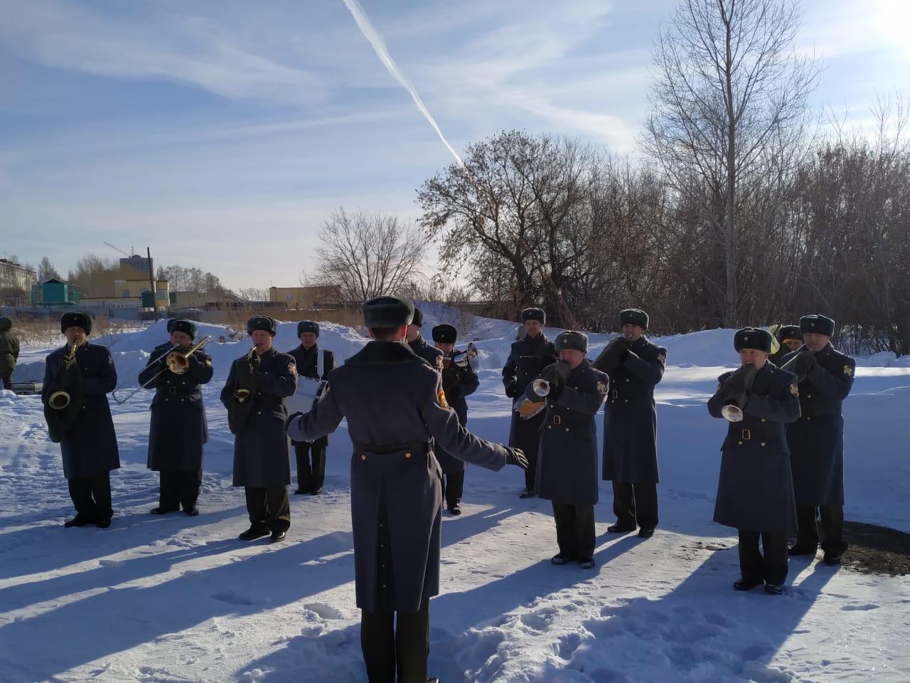 На старте их поддерживал военный оркестр, а на финише ждали чай и армейская каша