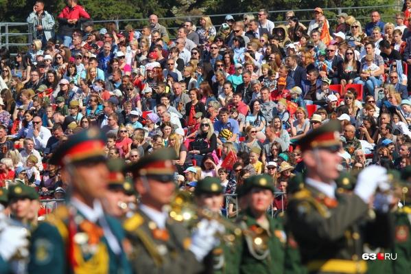 На парад Победы ежегодно приходят посмотреть тысячи самарцев