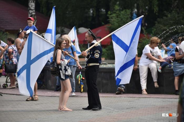 Больше всего моряков пришло в парк Маяковского, где для них подготовили праздничную программу