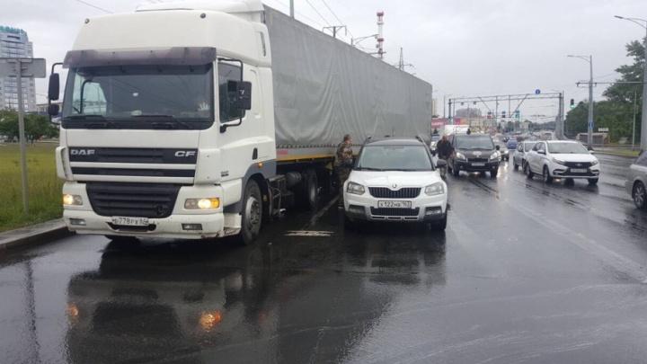 Фура зацепила катафалк: ДТП с тремя машинами парализовало Московское шоссе