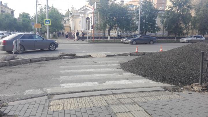 На перекрестке Маркса – Парижской коммуны часть дороги отгородили бордюрами