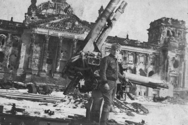Усталая улыбка победителя из далекого 1945 года. Снимок был сделан 7 мая напротив разбитого Рейхстага