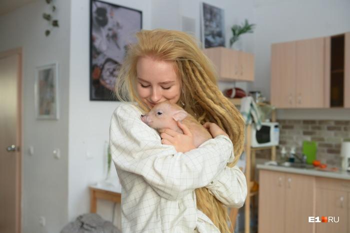 Настя и её поросёнок, к которому она относится как к члену семьи