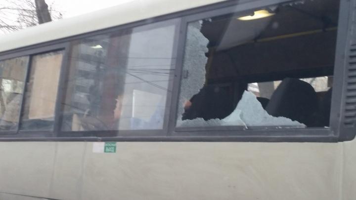 Чтобы не жарко было: в Екатеринбурге автобус возит пассажиров с выбитыми окнами