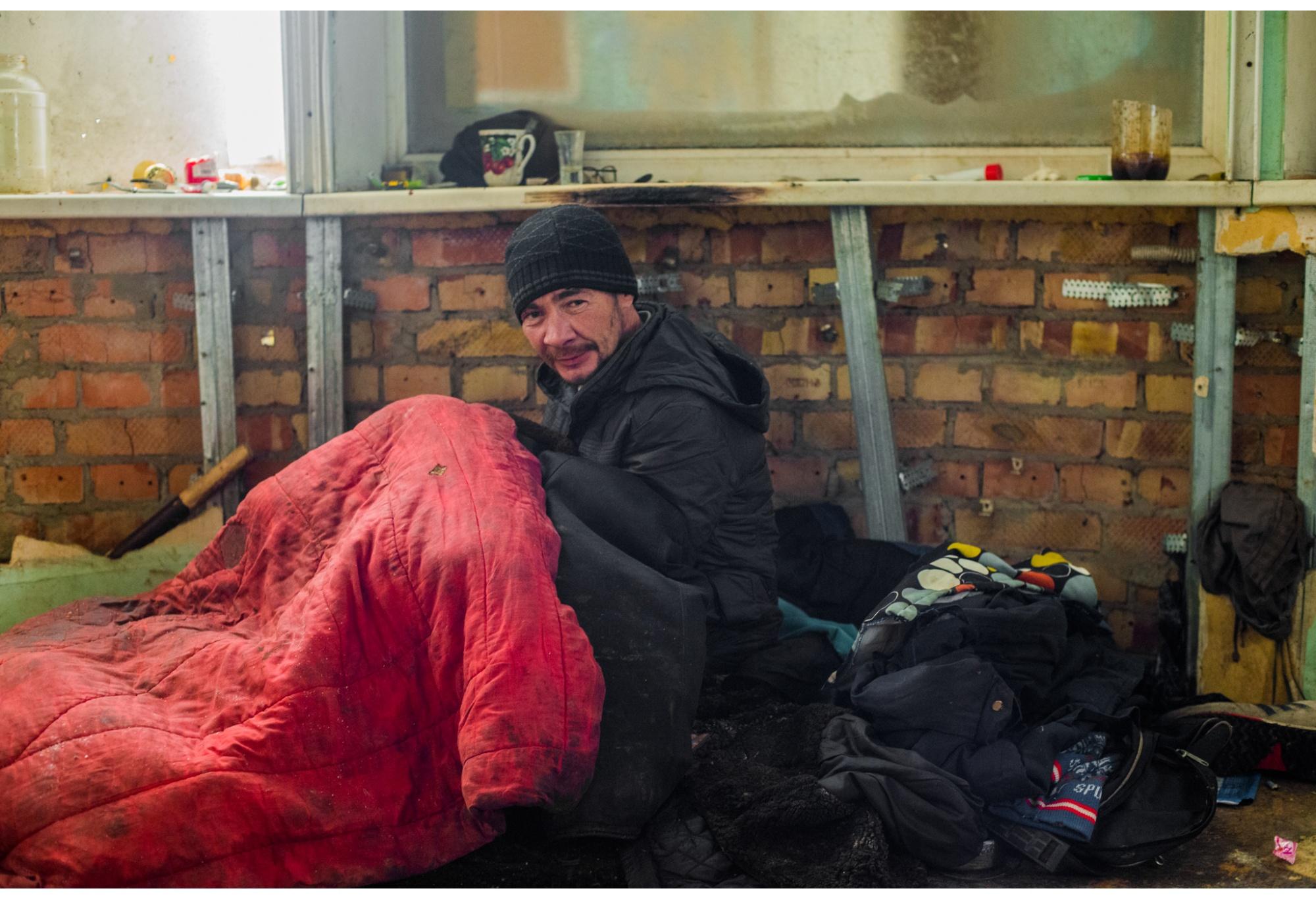 Виктор стал инвалидом, отморозив ноги зимой