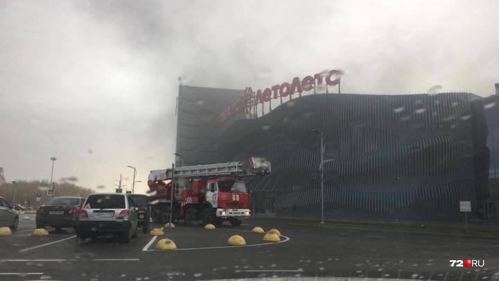 На стройплощадке у тюменского аквапарка «ЛетоЛето» произошло задымление: на месте работают пожарные