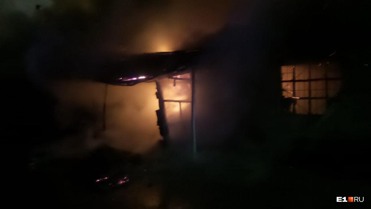 «На подъезде к стадиону все в дыму»: из-за пожара в Екатеринбурге перекрыли улицу Репина