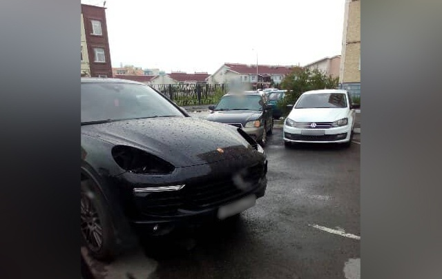 Porsche Cayenne, припаркованный в челябинском дворе, остался без фар